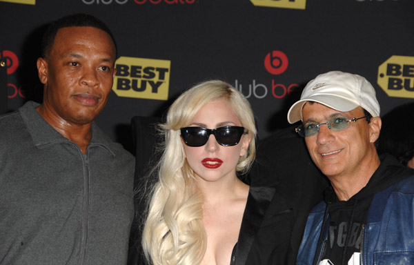 http://www.thedailytruffle.com/wp-content/uploads/2009/11/Dr.-Dre-and-Lady-Gaga-and-Interscopes-Jimmy-Iovine-appears-at-In-Store-Appearance-at-Best-Buy-on-November-23-2009-in-Los-Angeles-California.jpg