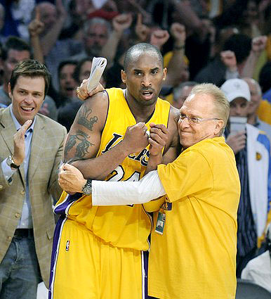 Norm Pattiz hugs Kobe Bryant, Endeavor partner Patrick Whitesell off to the left in back
