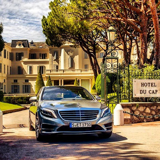 Entrance to Hotel Du Cap - photo via Nemanja Obradović